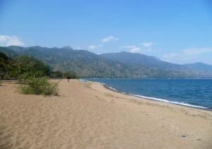 Песчаный пляж озера Ньяса - одного из самых крупных озер Африки