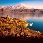 Древний храм на берегу озера Ван