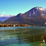 Живописное французское озеро Анси