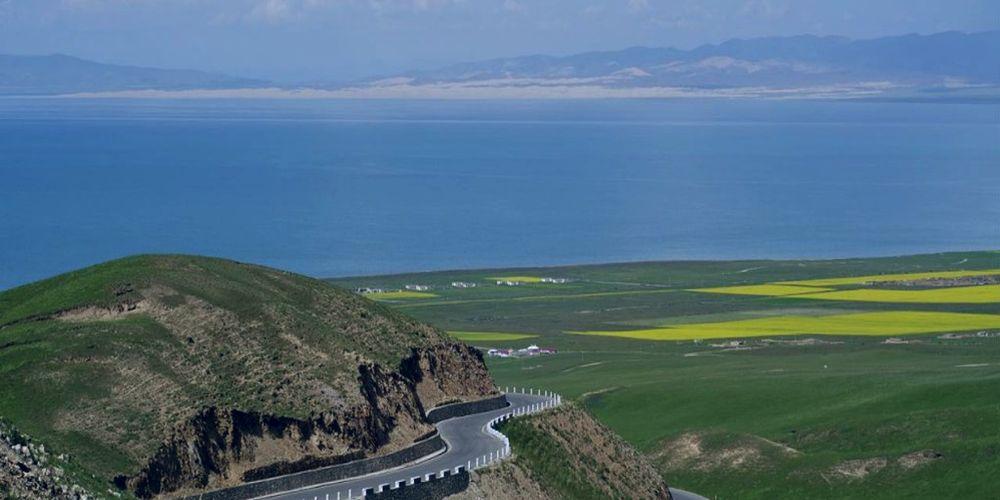 Горная дорога у побережья озера Цинхай