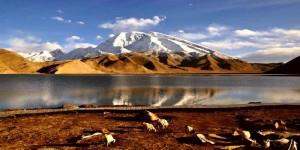 Бессточное озеро Каракуль в Таджикистане