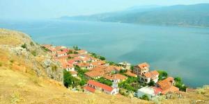 Албанский городок на берегу Охридского озера
