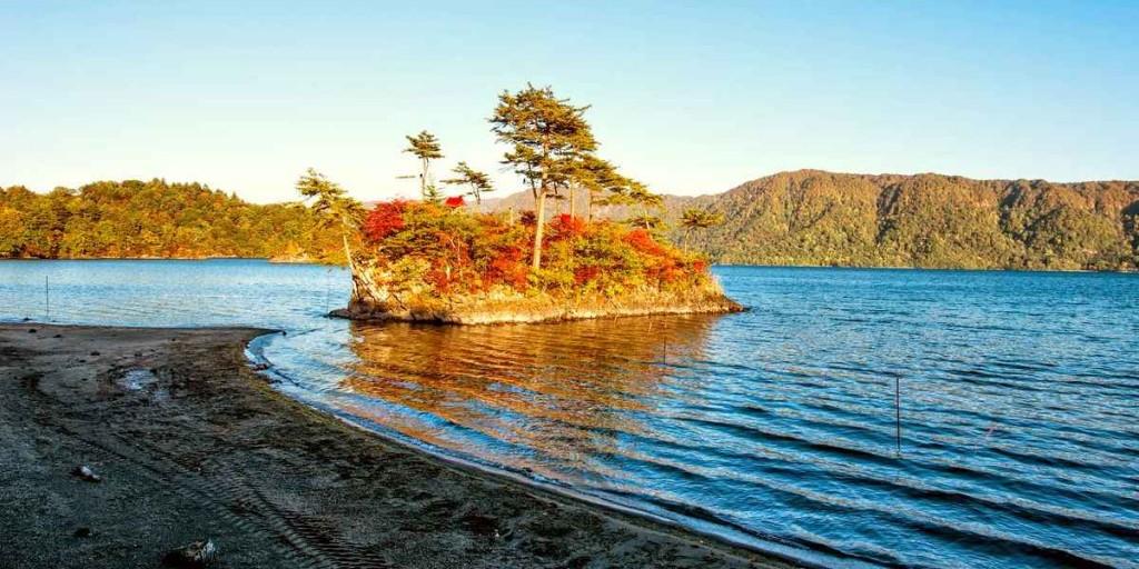 Японское озеро Товада осенью