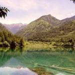 Красивое прозрачное озеро Вухуа Хай в Китае