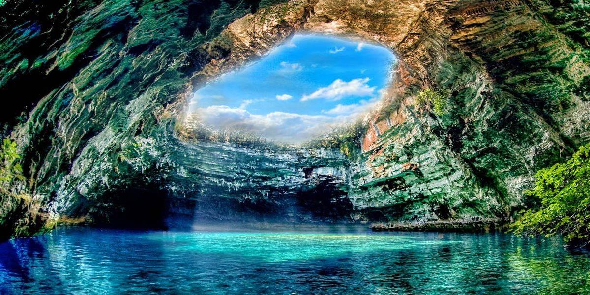 Красивое пещерное озеро Мелиссани в Греции