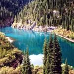 Горное озеро Каинды в Казахстане