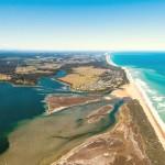 Граница между одним из Гиппслендских озер и океаном в Австралии